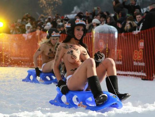 【※基地外】ドイツの『裸ソリ選手権』とかいう大露出狂イベントwwwwwwwwwwwwwwwwwwwwwww(画像あり)・10枚目