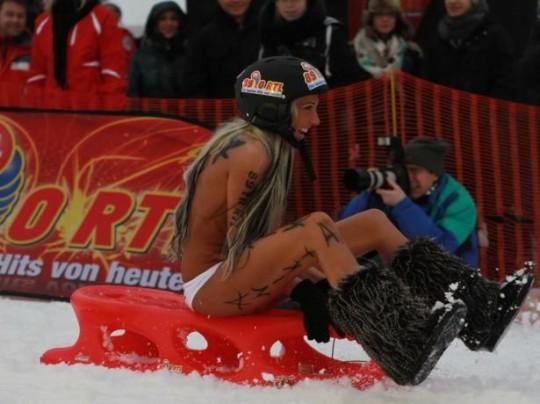 【※基地外】ドイツの『裸ソリ選手権』とかいう大露出狂イベントwwwwwwwwwwwwwwwwwwwwwww(画像あり)・17枚目