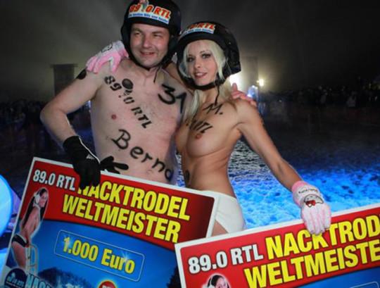 【※基地外】ドイツの『裸ソリ選手権』とかいう大露出狂イベントwwwwwwwwwwwwwwwwwwwwwww(画像あり)・27枚目