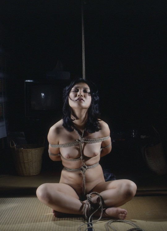 【※マジキチ】「胡坐縛り」とかいうSM界の上級者縛りテクがコチラwwwwwwwwwwwwwww(画像あり)・9枚目