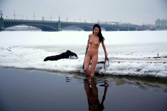 【※エロ注意】『エクストリーム寒中水泳』とかいうカナダ(適当)の基地外文化wwwwwwwwwwwwwwwwww・6枚目