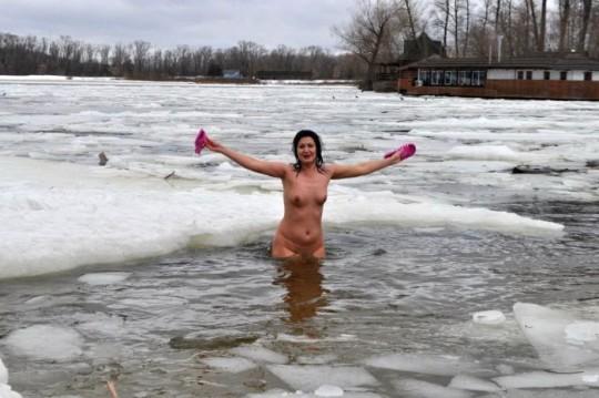 【※エロ注意】『エクストリーム寒中水泳』とかいうカナダ(適当)の基地外文化wwwwwwwwwwwwwwwwww・10枚目