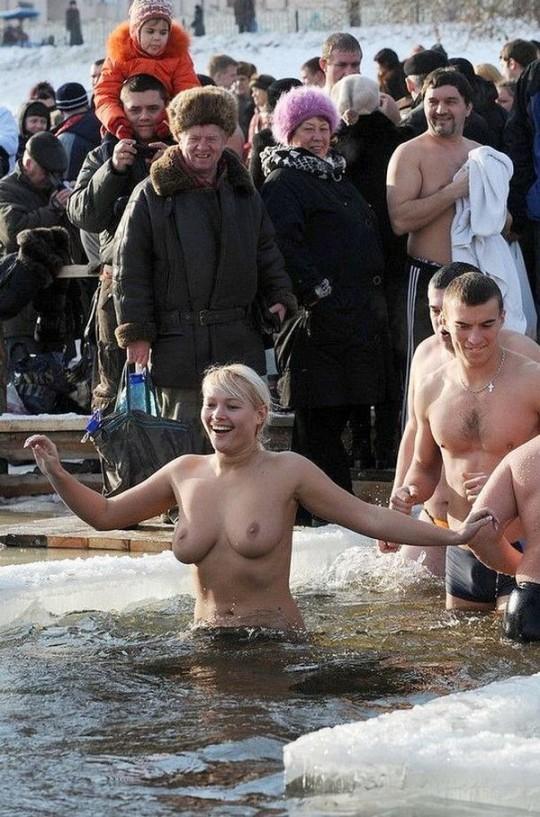 【※エロ注意】『エクストリーム寒中水泳』とかいうカナダ(適当)の基地外文化wwwwwwwwwwwwwwwwww・16枚目