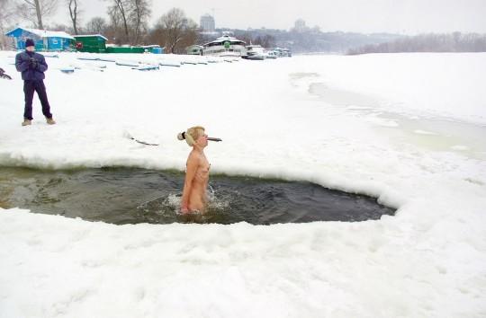 【※エロ注意】『エクストリーム寒中水泳』とかいうカナダ(適当)の基地外文化wwwwwwwwwwwwwwwwww・23枚目