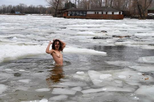 【※エロ注意】『エクストリーム寒中水泳』とかいうカナダ(適当)の基地外文化wwwwwwwwwwwwwwwwww・26枚目