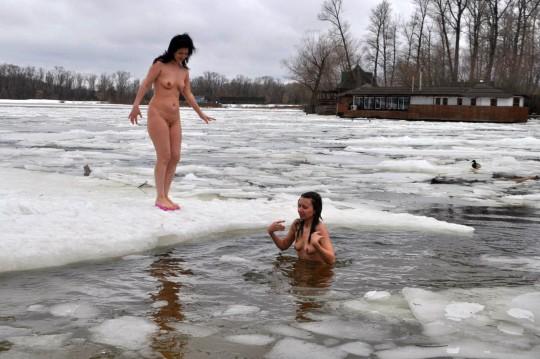 【※エロ注意】『エクストリーム寒中水泳』とかいうカナダ(適当)の基地外文化wwwwwwwwwwwwwwwwww・27枚目