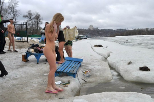 【※エロ注意】『エクストリーム寒中水泳』とかいうカナダ(適当)の基地外文化wwwwwwwwwwwwwwwwww・28枚目