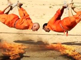 【閲覧注意】ISIS4人の捕虜を吊るしてじっくり焼き殺す動画を発表