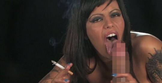 【※画像あり】タバコ吸いながらフェラする女の画像が想像以上の嫌悪感で草wwwwwwwwwwwwwwwww・4枚目