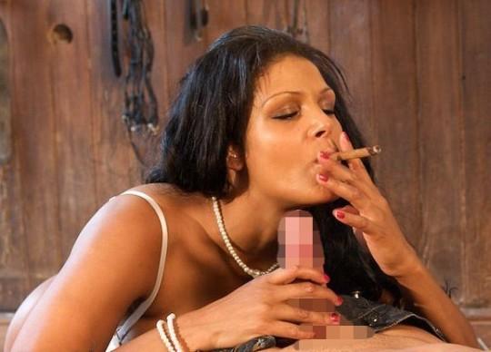 【※画像あり】タバコ吸いながらフェラする女の画像が想像以上の嫌悪感で草wwwwwwwwwwwwwwwww・17枚目