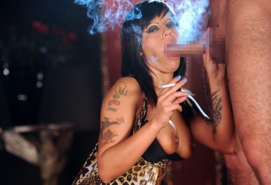 【※画像あり】タバコ吸いながらフェラする女の画像が想像以上の嫌悪感で草wwwwwwwwwwwwwwwww・19枚目