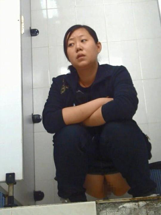 【※画像あり】トイレ盗撮 → 女「ジョロジョロ・・ふ~、、ハッッ!!」ってカメラに気付いた瞬間画像クレメンスwwww・1枚目