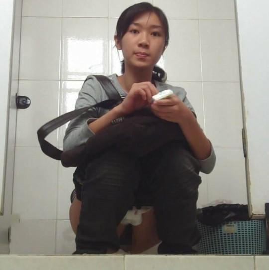 【※画像あり】トイレ盗撮 → 女「ジョロジョロ・・ふ~、、ハッッ!!」ってカメラに気付いた瞬間画像クレメンスwwww・3枚目