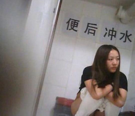 【※画像あり】トイレ盗撮 → 女「ジョロジョロ・・ふ~、、ハッッ!!」ってカメラに気付いた瞬間画像クレメンスwwww・12枚目