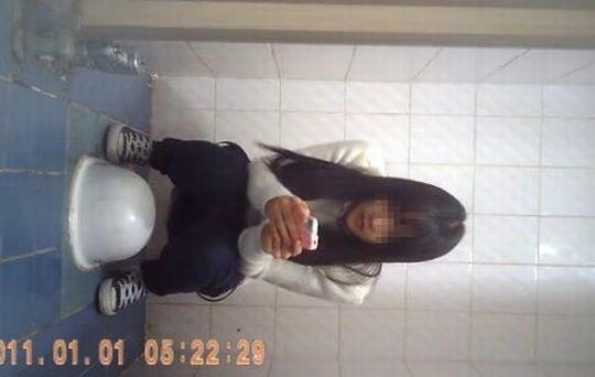 【※画像あり】トイレ盗撮 → 女「ジョロジョロ・・ふ~、、ハッッ!!」ってカメラに気付いた瞬間画像クレメンスwwww・14枚目
