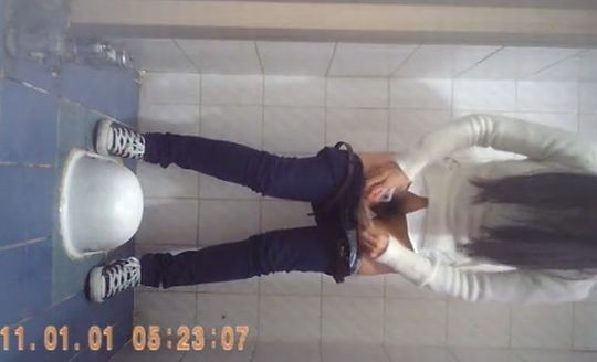 【※画像あり】トイレ盗撮 → 女「ジョロジョロ・・ふ~、、ハッッ!!」ってカメラに気付いた瞬間画像クレメンスwwww・15枚目