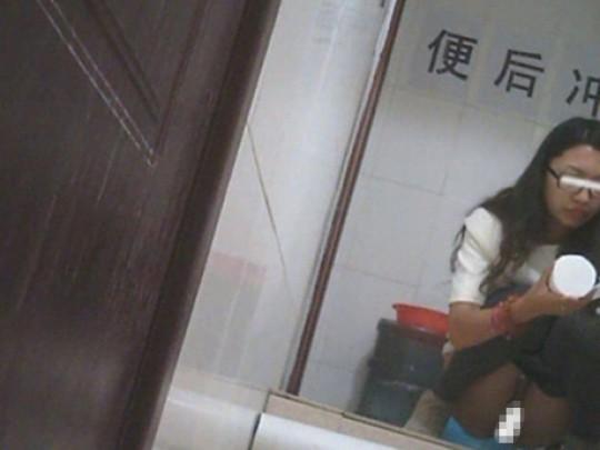 【※画像あり】トイレ盗撮 → 女「ジョロジョロ・・ふ~、、ハッッ!!」ってカメラに気付いた瞬間画像クレメンスwwww・18枚目