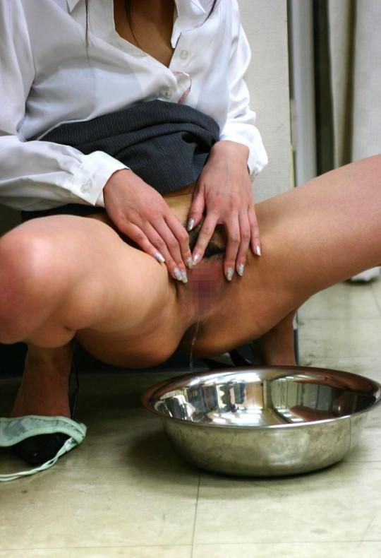 【※画像あり】洗面器渡おしっこさせられて「//////」ってなってる女の顔好きwwwwwwwwwwwwwwww・30枚目