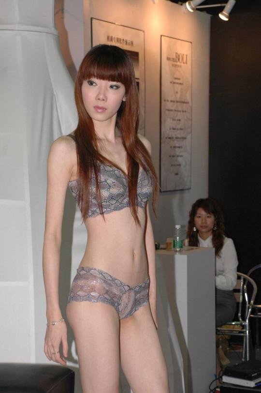 【※画像あり】中国の下着ファッションショー、、こんだけ女居て巨乳ゼロwwwもちろんシコったけどwwwwwwwwwwwwwww・1枚目