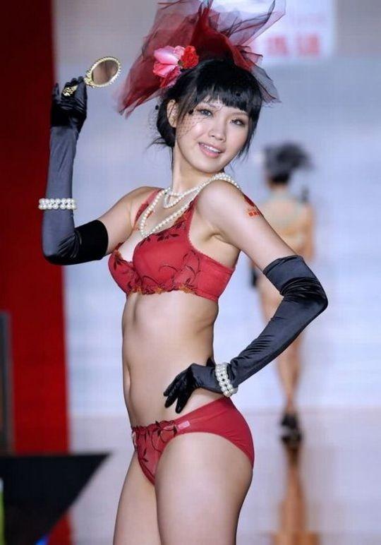【※画像あり】中国の下着ファッションショー、、こんだけ女居て巨乳ゼロwwwもちろんシコったけどwwwwwwwwwwwwwww・2枚目