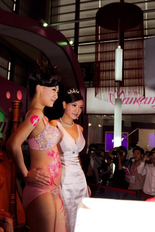【※画像あり】中国の下着ファッションショー、、こんだけ女居て巨乳ゼロwwwもちろんシコったけどwwwwwwwwwwwwwww・6枚目