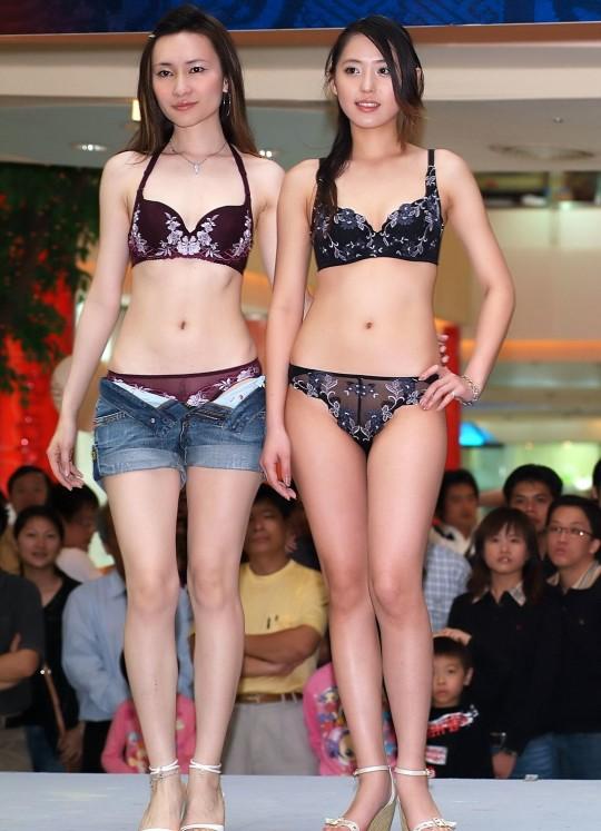 【※画像あり】中国の下着ファッションショー、、こんだけ女居て巨乳ゼロwwwもちろんシコったけどwwwwwwwwwwwwwww・8枚目