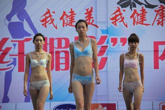 【※画像あり】中国の下着ファッションショー、、こんだけ女居て巨乳ゼロwwwもちろんシコったけどwwwwwwwwwwwwwww・12枚目