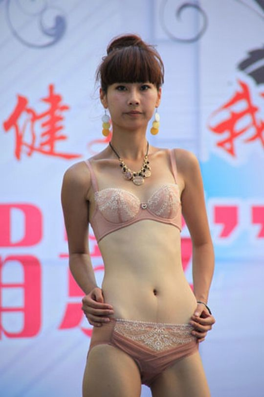 【※画像あり】中国の下着ファッションショー、、こんだけ女居て巨乳ゼロwwwもちろんシコったけどwwwwwwwwwwwwwww・13枚目