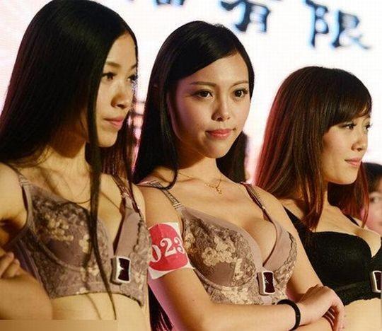 【※画像あり】中国の下着ファッションショー、、こんだけ女居て巨乳ゼロwwwもちろんシコったけどwwwwwwwwwwwwwww・17枚目