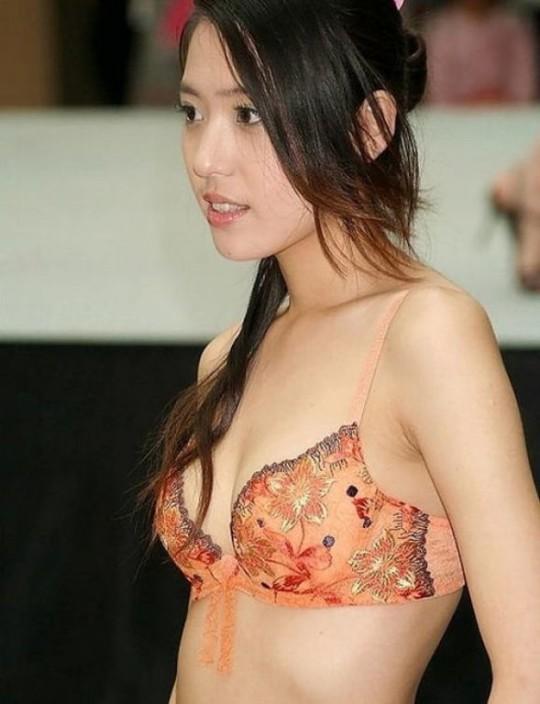 【※画像あり】中国の下着ファッションショー、、こんだけ女居て巨乳ゼロwwwもちろんシコったけどwwwwwwwwwwwwwww・20枚目