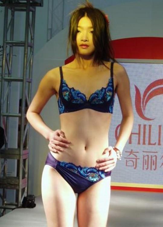【※画像あり】中国の下着ファッションショー、、こんだけ女居て巨乳ゼロwwwもちろんシコったけどwwwwwwwwwwwwwww・21枚目