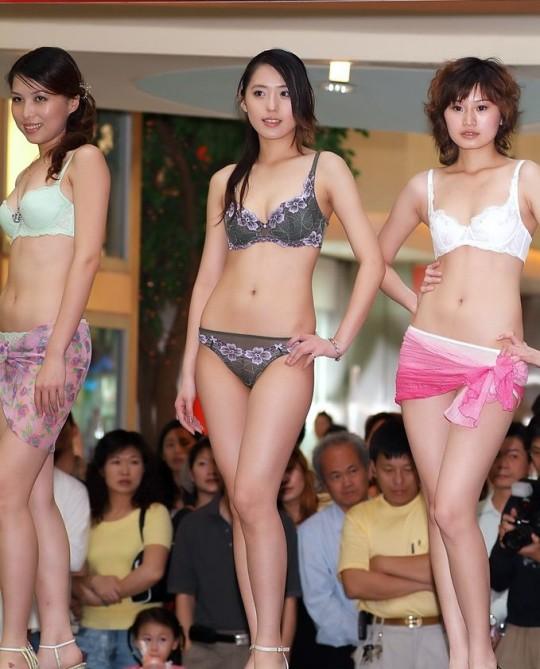 【※画像あり】中国の下着ファッションショー、、こんだけ女居て巨乳ゼロwwwもちろんシコったけどwwwwwwwwwwwwwww・24枚目