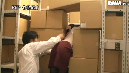 【※画像】会社の資料室で落下物に挟まれ身動きとれなくなった女子社員発見 → 男の本能対応が草wwwwwwww・6枚目