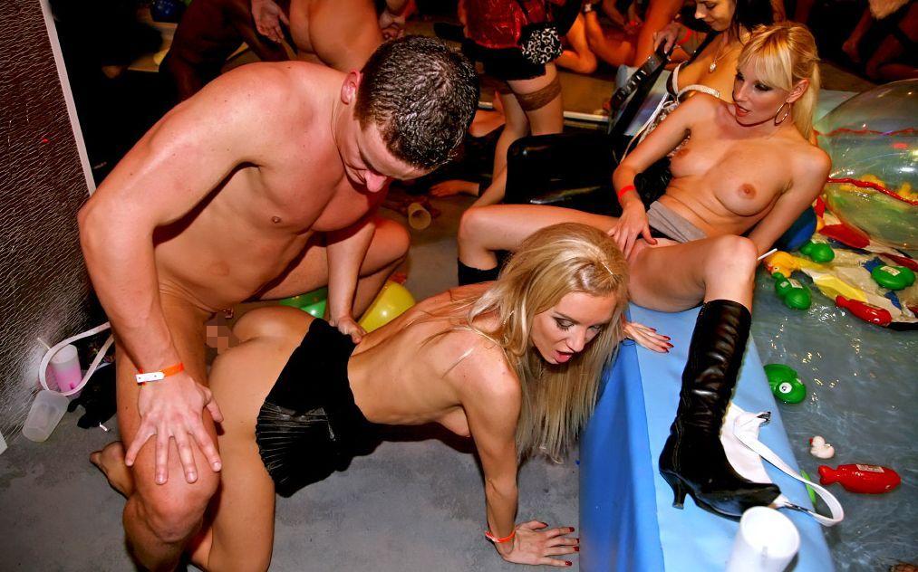 Порно в клубе вечеринка русских