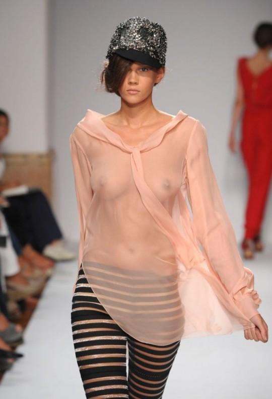 【喝!】「チクビは晒してなんぼ」みたいな風潮のファッションショーに一言物申したい。(画像あり)・19枚目
