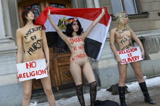 【草】ウクライナのトップレス抗議団体「FEMEN」楽しそうで何よりwwwwwwwwwwwwww(画像あり)・1枚目