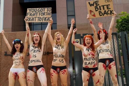 【草】ウクライナのトップレス抗議団体「FEMEN」楽しそうで何よりwwwwwwwwwwwwww(画像あり)・15枚目