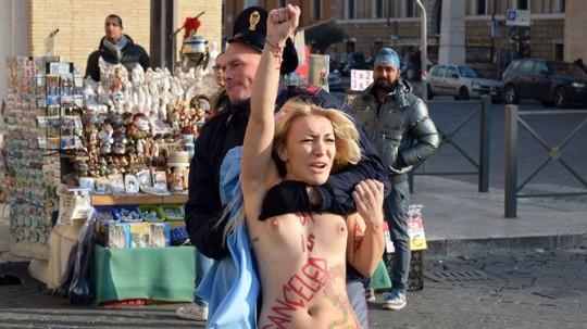 【草】ウクライナのトップレス抗議団体「FEMEN」楽しそうで何よりwwwwwwwwwwwwww(画像あり)・20枚目