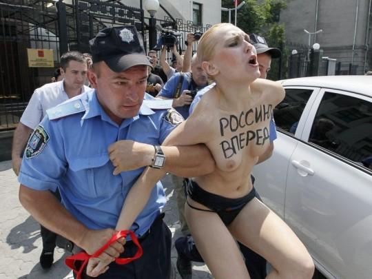 【草】ウクライナのトップレス抗議団体「FEMEN」楽しそうで何よりwwwwwwwwwwwwww(画像あり)・21枚目