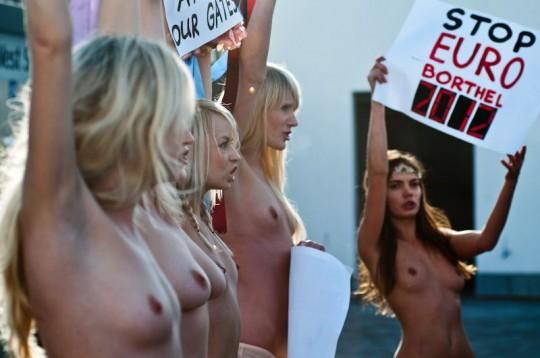 【草】ウクライナのトップレス抗議団体「FEMEN」楽しそうで何よりwwwwwwwwwwwwww(画像あり)・22枚目