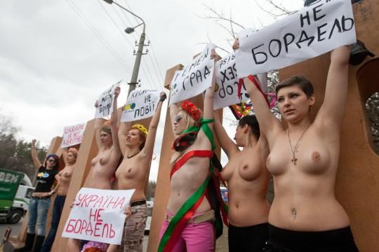【草】ウクライナのトップレス抗議団体「FEMEN」楽しそうで何よりwwwwwwwwwwwwww(画像あり)・26枚目