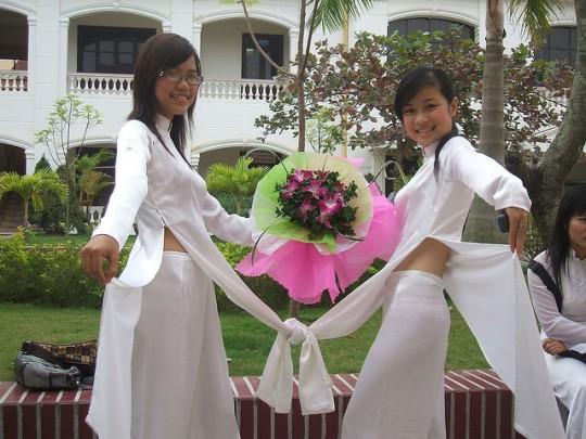 ベトナム民族衣装アオザイ女子の 「狙ってないエロ画像」 が至高杉て辛い。(※画像あり※)・1枚目