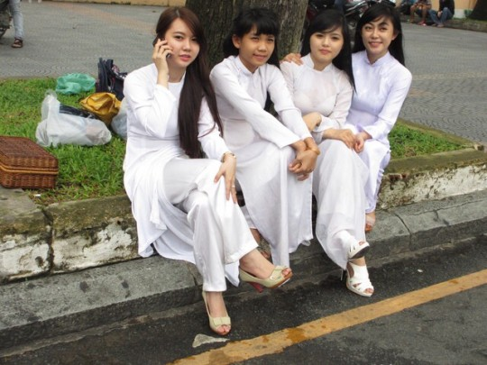 ベトナム民族衣装アオザイ女子の 「狙ってないエロ画像」 が至高杉て辛い。(※画像あり※)・20枚目