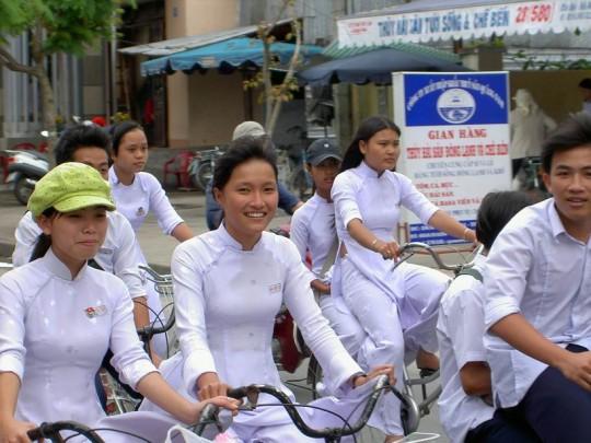 ベトナム民族衣装アオザイ女子の 「狙ってないエロ画像」 が至高杉て辛い。(※画像あり※)・27枚目