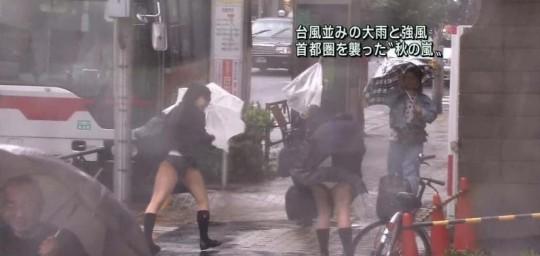 【ハプニン具】台風のLIVE中継でハミ陰部が放送されて爆死した宮崎のJKwwwwwwwwwwww(画像あり)・5枚目