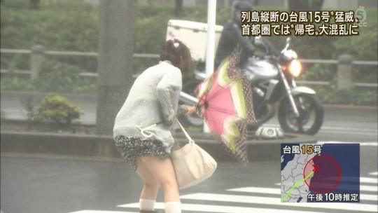 【ハプニン具】台風のLIVE中継でハミ陰部が放送されて爆死した宮崎のJKwwwwwwwwwwww(画像あり)・7枚目