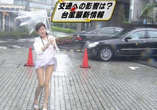【ハプニン具】台風のLIVE中継でハミ陰部が放送されて爆死した宮崎のJKwwwwwwwwwwww(画像あり)・21枚目