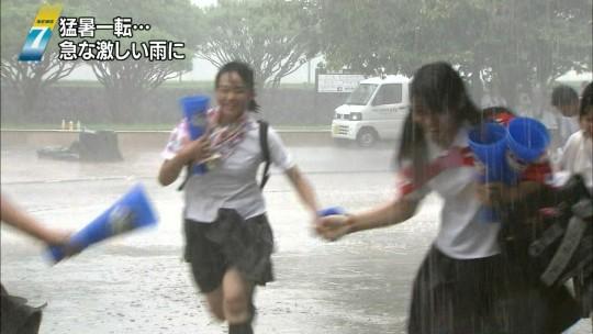 【ハプニン具】台風のLIVE中継でハミ陰部が放送されて爆死した宮崎のJKwwwwwwwwwwww(画像あり)・26枚目