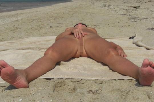 【こマ?】ヌーディストビーチでわざとマンコ見せつけてる女、なんなんやコイツラ・・・(画像28枚)・14枚目