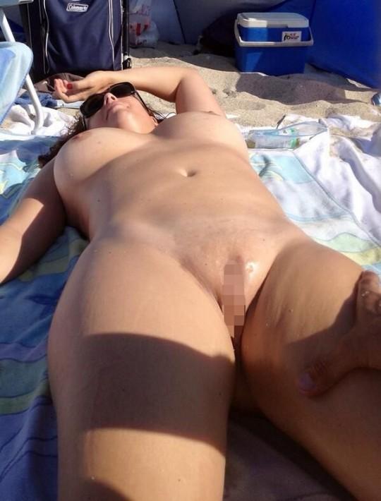 【こマ?】ヌーディストビーチでわざとマンコ見せつけてる女、なんなんやコイツラ・・・(画像28枚)・16枚目